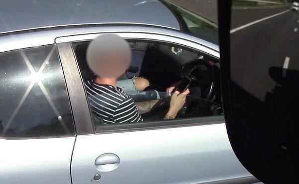 新招!英警察卡车中抓拍司机高速开车时玩手机