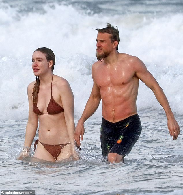 《环太平洋》男星查理•汉纳姆与女友墨西哥冲浪狂秀好身材