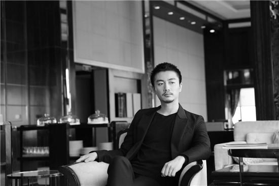 陈晓出席江苏卫视活动 角色多变被赞可塑性强