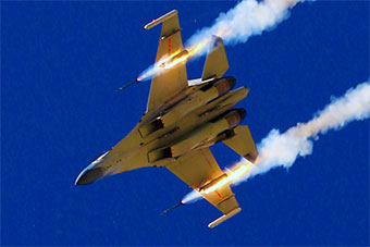 西部战区重型战机实弹训练展示火箭弹发射瞬间