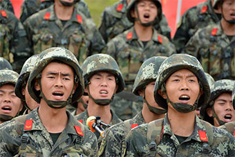 武警部队用战车搭台举行歌咏比赛展示风采
