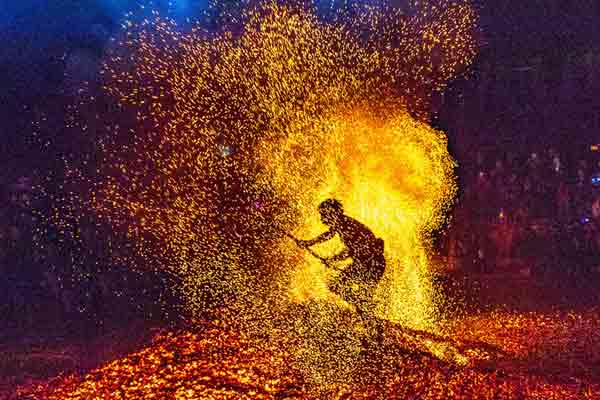 浙江金华重阳登高炼火震撼上演 被称为火炭上的舞蹈