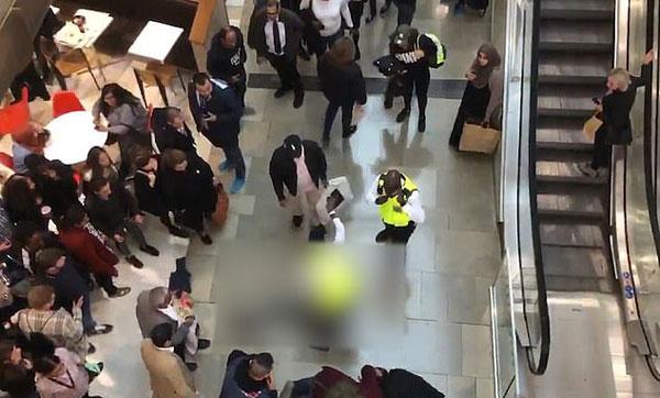 英男子从购物中心顶楼坠落砸中女顾客 两人均幸存