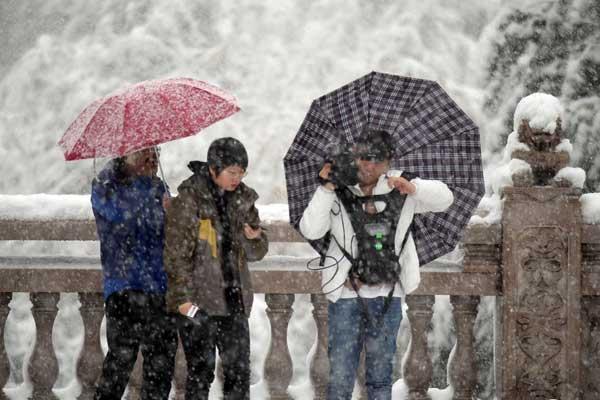新疆乌鲁木齐迎降雪 发布暴雪黄色预警
