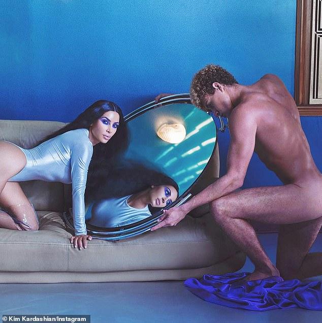 金•卡戴珊为宣传新产品线与裸体男模拍照