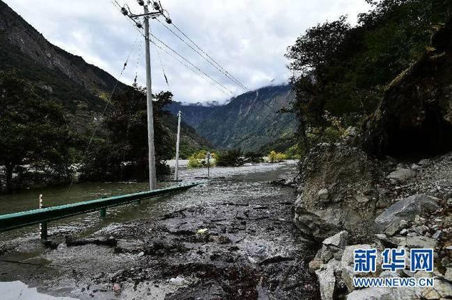 西藏雅鲁藏布江米林段山体滑坡形成堰塞湖(组图)