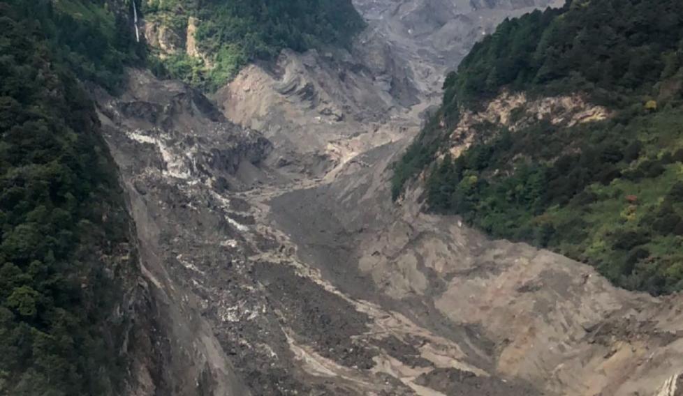 山体滑坡致雅鲁藏布江断流 形成堰塞湖