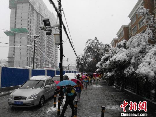 乌鲁木齐发布暴雪黄色预警 持续降雪影响交通运输、农牧业生产