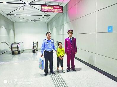 8岁男孩深夜坐地铁一觉睡到机场 地铁员工警察接力护送回家