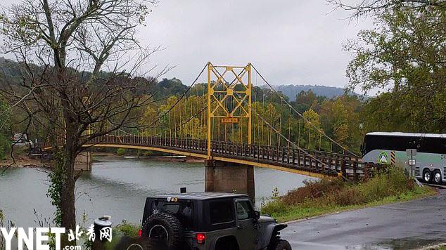 35吨巴士无视10吨限重标识 强行过桥致桥体被压弯