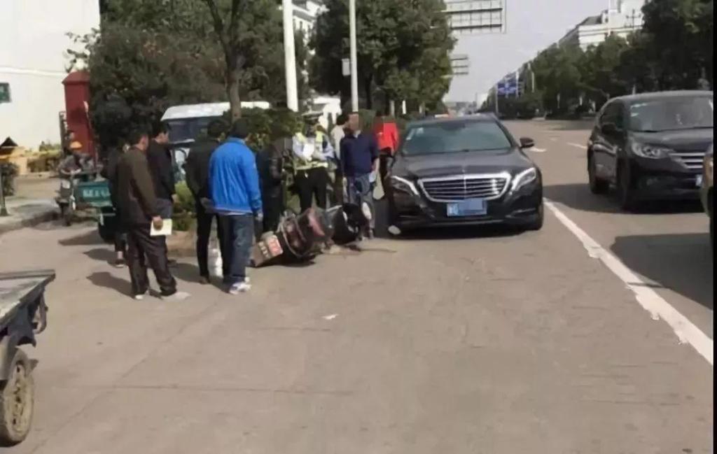 男子骑电动车逆行撞上奔驰车 竟请求交警判对方全责
