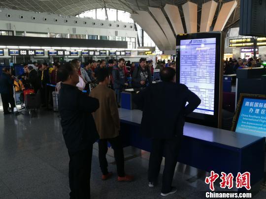 受强降雪影响 乌鲁木齐国际机场航班延误99架次