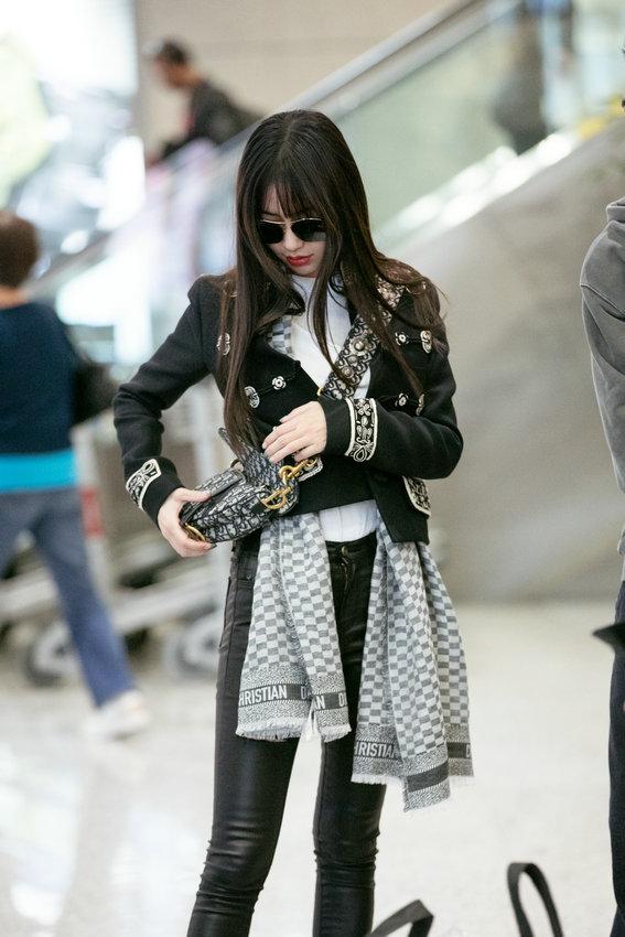 Angelababy现身机场 帅气打扮墨镜吸睛