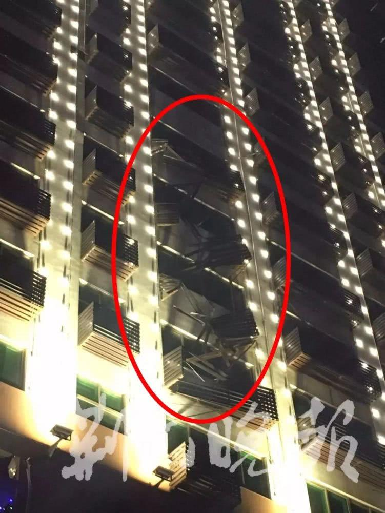 女子见楼外倒挂一人吓一跳 却因此救了一条命