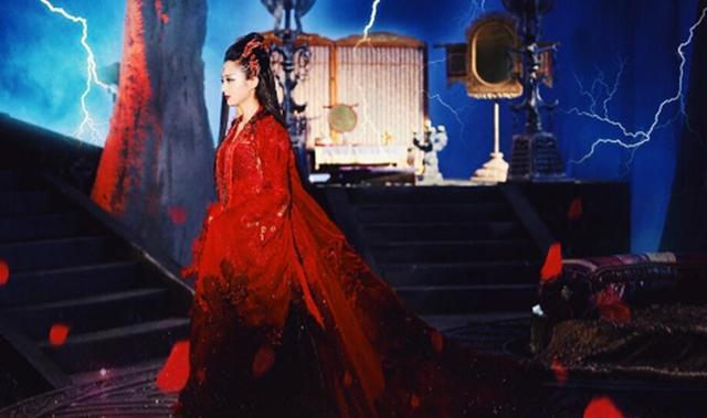 电视剧中穿红衣的女子:她非常的霸气,她浑身散发一种寒气!