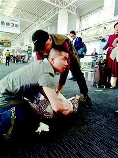 """只因被多看了一眼 心梗男子在广州机场""""捡回""""一命"""