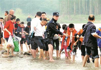 上游发电站泄洪未提前通知 800余师生秋游被困小岛