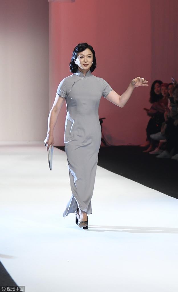 金星登台上海时装周 穿旗袍身材凹凸有致
