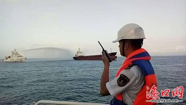 琼州海峡货船失火:7名船员被转移,8名船员留守开展救助