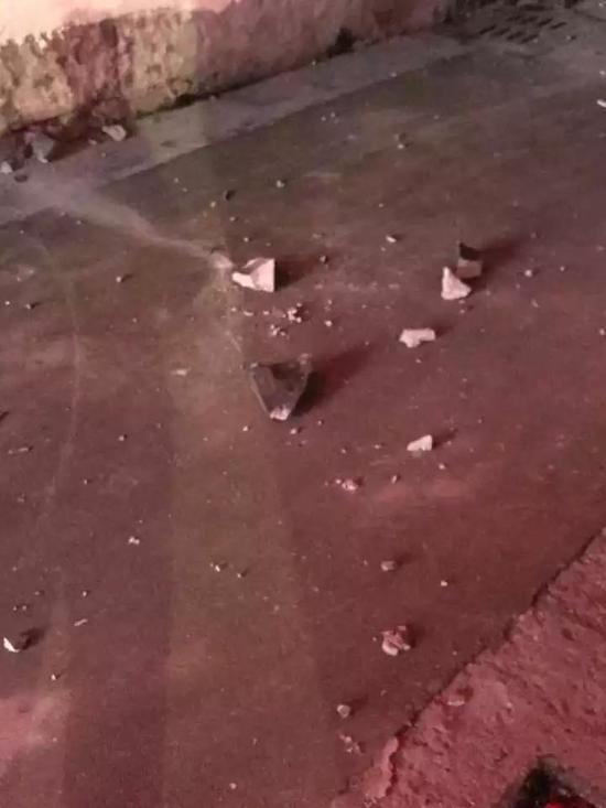 天降不明物体砸穿屋顶 房东吓到不敢上楼看(图)