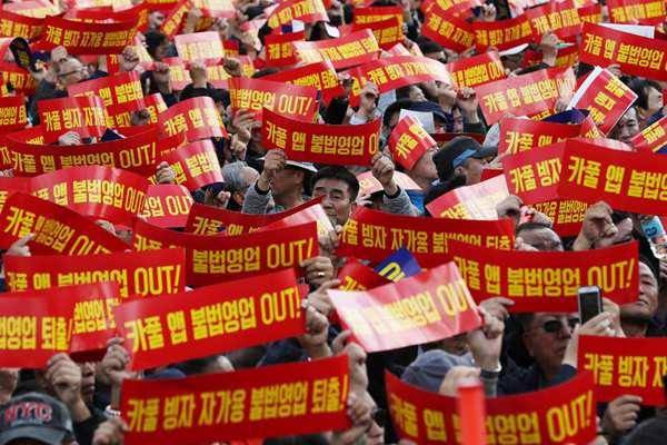 韩国上万出租车司机游行 抵制软件拼车服务