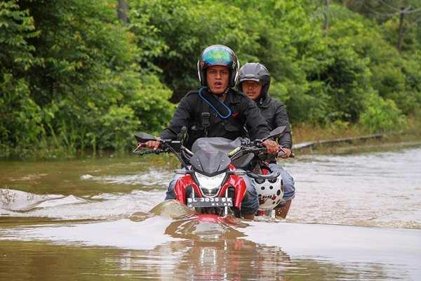 印尼:暴雨导致亚齐省多地被淹 民众生活出行受阻
