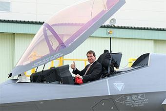 美国驻日大使参观日本F35A组装厂坐进F35座舱