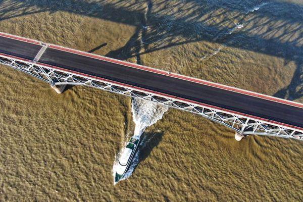 南京长江大桥主桥摊铺沥青