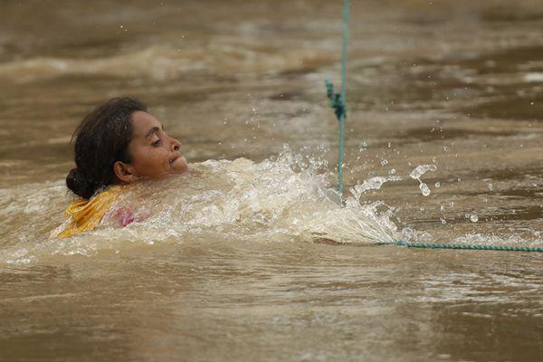 洪都拉斯移民大军继续向美挺进 冒险渡河激流勇进