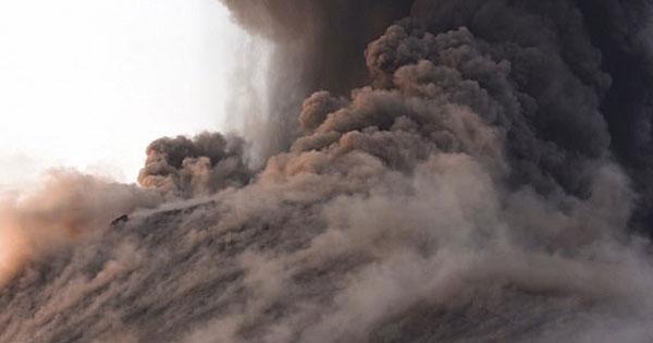 惊险!印尼观光船突遇火山爆发差点被熔岩砸到