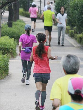 日政府调查:日本年轻女性运动减少,老年人体力增强