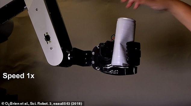 美国科学家开发机器手臂 能精准接住啤酒罐