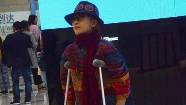 杨丽萍拄双拐现身机场 与众人同挤电梯显落寞
