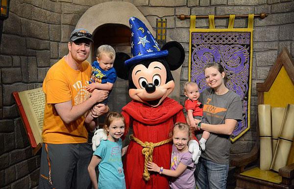 不可思议!美夫妇一天内游遍全美六个迪士尼乐园