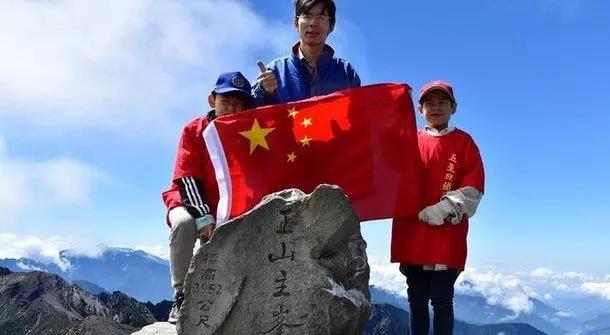 五星红旗上玉山!郑建炘:习近平能带领中国人走向富强之路