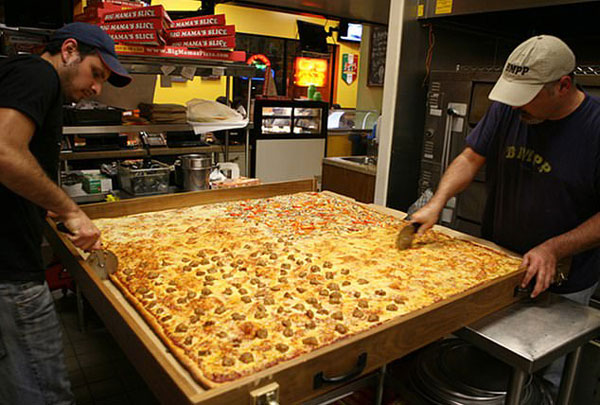 垂涎欲滴!美披萨店制做可供70人享用全球最大披萨