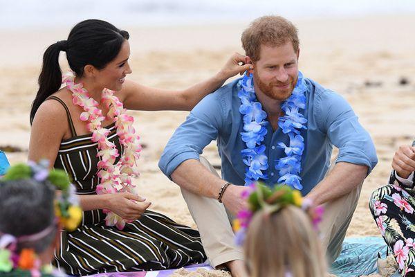 哈里王子夫妇游览邦迪海滩 梅根揪丈夫耳朵甜蜜撒狗粮