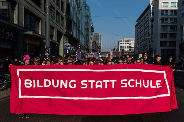 德国数百学生罢课上街游行 呼吁改革教育体系