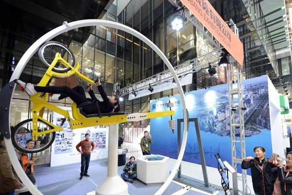 天津民众体验360°自行车