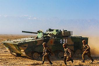 装甲部队寸草不生荒滩演练协同作战提升实战能力