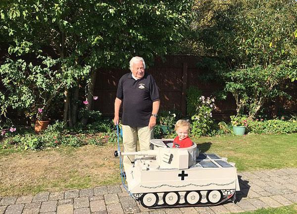 英退伍老军人给孙儿打造小型德国坦克玩具