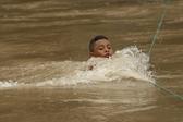 洪都拉斯移民大军向美挺进 冒险渡河激流勇进