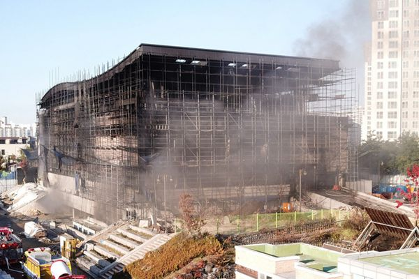 韩国一在建体育馆起火 火势凶猛黑烟滚滚