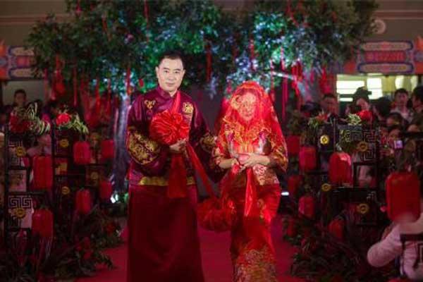 武汉20对新人举办传统中式集体婚礼