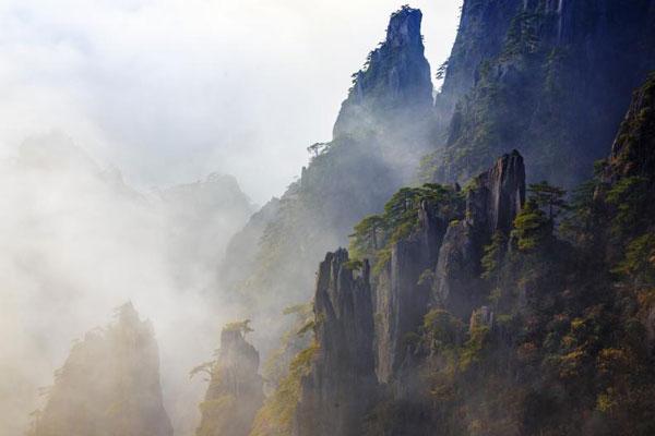 安徽黄山秋意正浓 云海缥缈层林尽染