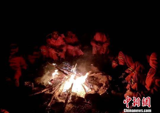 西藏消防官兵徒步挺进加拉村转移59名被困群众