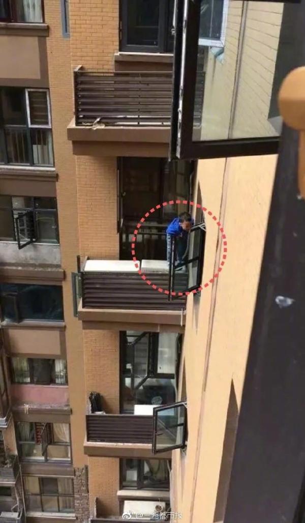 2岁男童从9楼掉下 抓住8楼窗户救自己一命