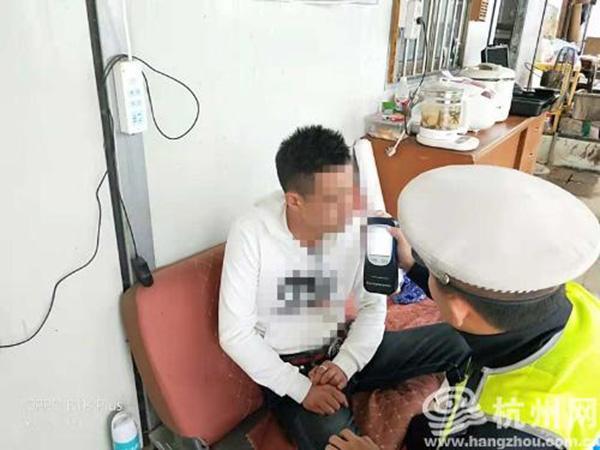 表白遭拒后边开车边灌白酒浇愁喝了一斤多:杭州男子醉驾被拘