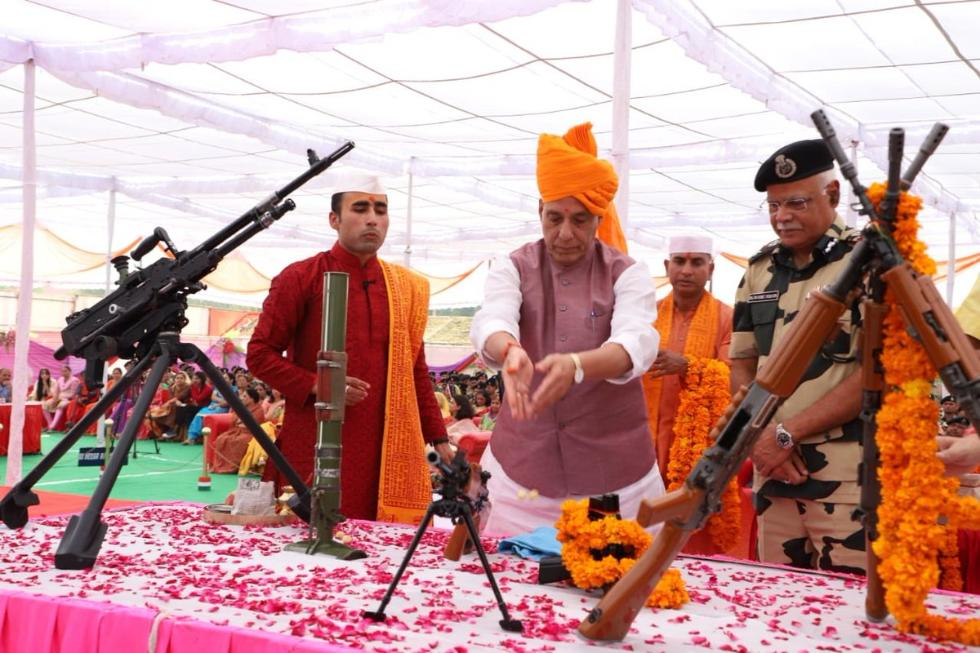 印度内政部长为机枪做祷告:边撒花边浇圣水(图)