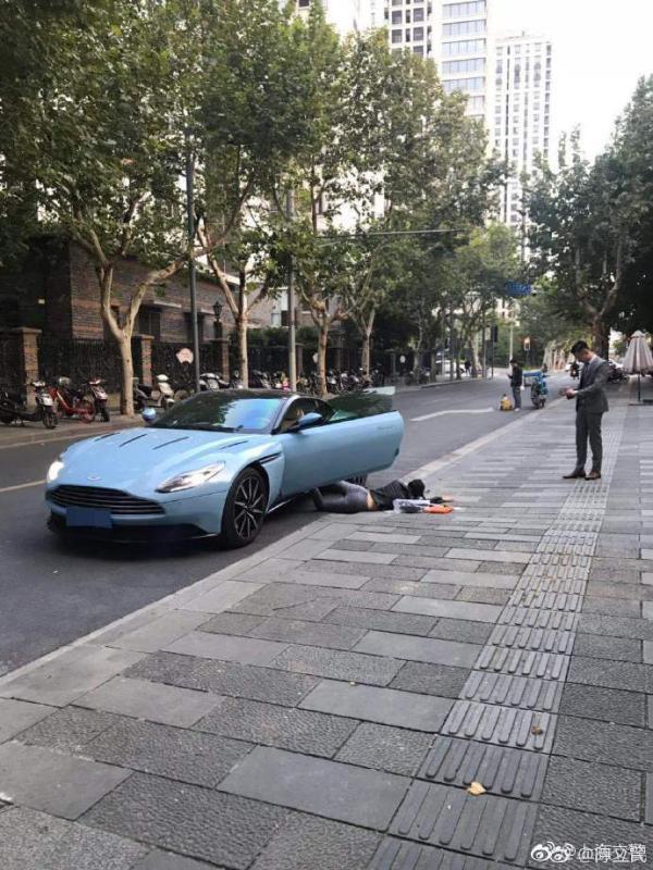 """女子在上海街头晒豪车""""扑街"""" 因逆行被罚200元"""